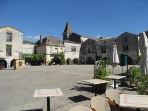Terrasse restaurant place centrale monpazier
